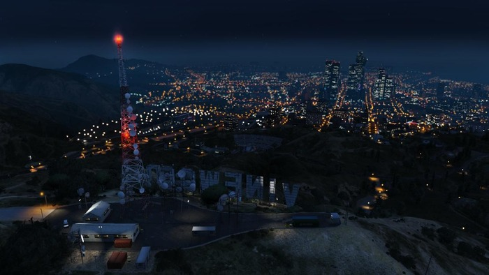 official-screenshot-overlooking-the-vinewood-sign-at-night
